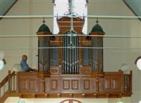 Wietze van der Veen op het bijna 200 jaar oude orgel